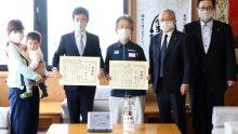 新潟県弥彦村は、自主的に感染対策活動を行う2人に感謝状を贈呈。